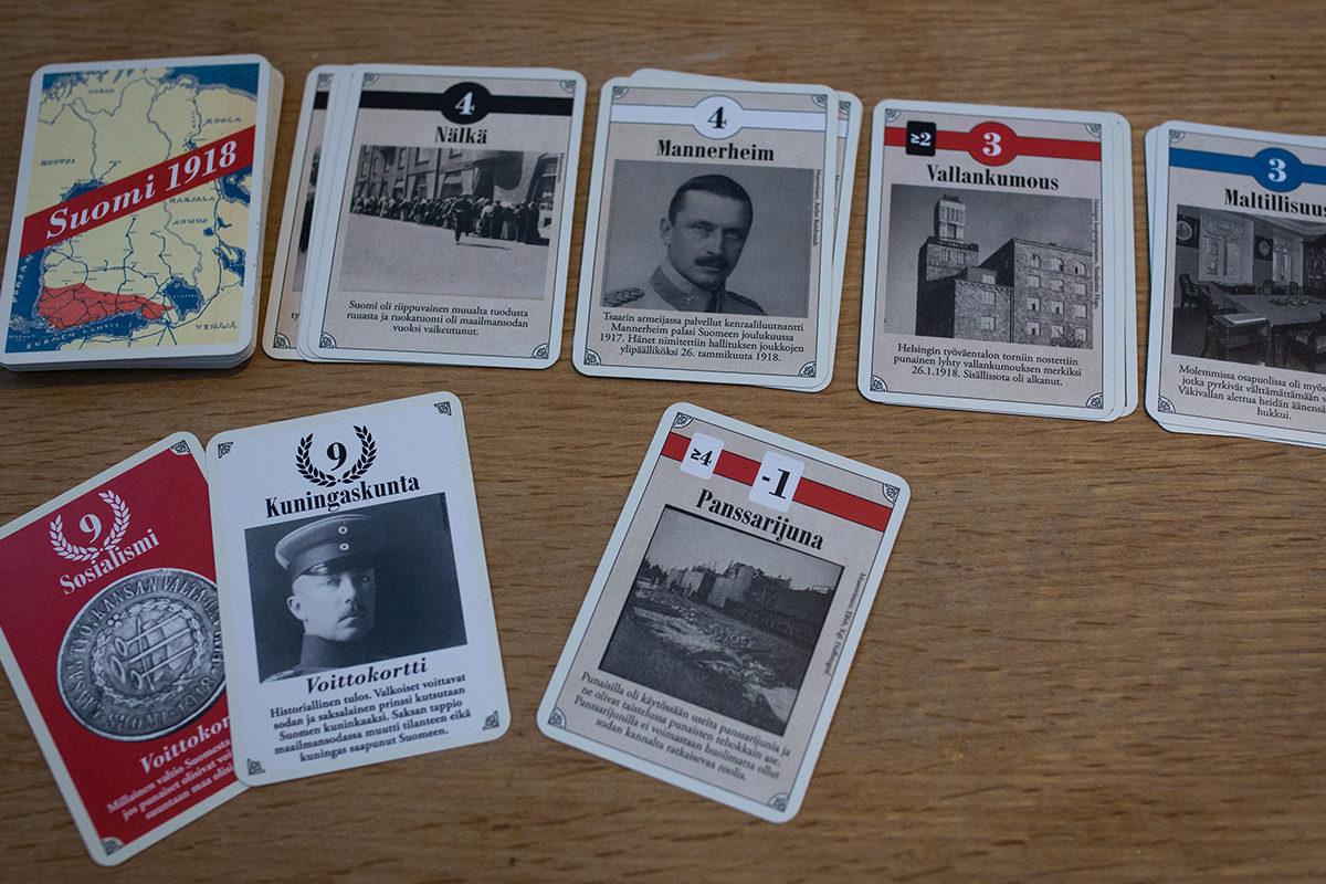 Suomi 1918 -korttipelissä voi joutua outoihin ratkaisuihin, kuten ampumaan Mannerheimin panssarijunalla.