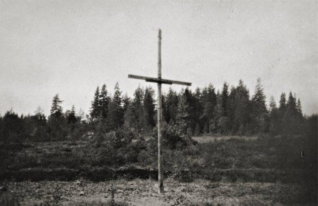 Teloituspaikalla oli ensin puinen risti, mutta se hävisi, kun paikalle alettiin rakentaa tietä.