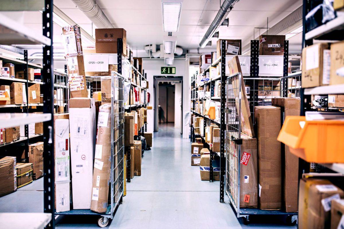 Tarkastetut ja lajitellut paketit odottavat siirtämistä jakeluun. Tuoteväärennökset.