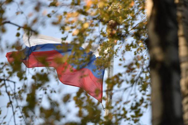 Venäjän lippu Venäjän Helsingin-suurlähetystön edessä.