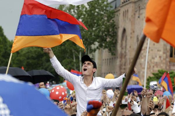 Armenialaiset juhlivat Nikol Pašinjanin valintaa pääministeriksi Jerevanissa 8. toukokuuta.