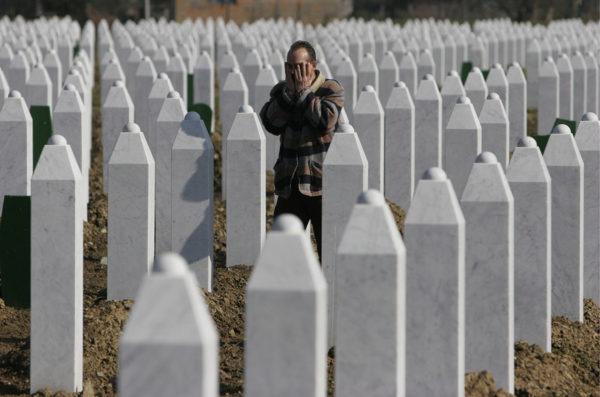 Srebrenican joukkomurhan muistomerkki Bosniassa. Kuvituskuva.