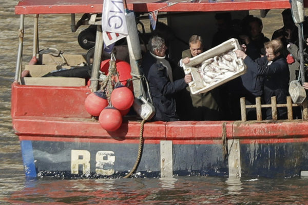 Brexitiä ajanut Nigel Farage (keskellä) kaatoi kalastajien kanssa kaloja Thamesiin Lontoossa 21. maaliskuuta 2018. Kyseessä oli protesti sitä vastaan, miten brexit vaikutta Britannian kalastusteollisuuteen.