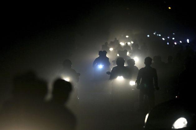 Intialaiset ajoivat savusumussa New Delhin laitamilla marraskuussa 2017.