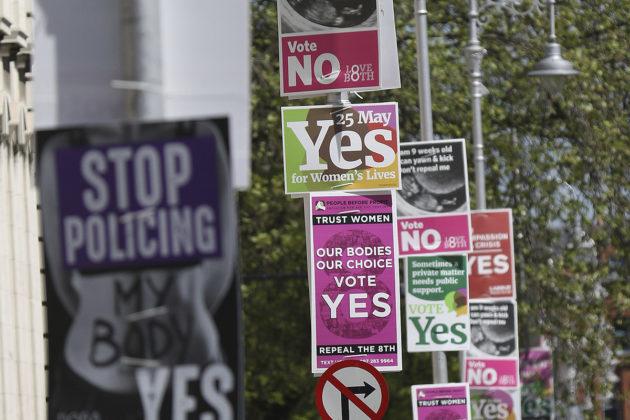 Kyllä- ja ei-kampanjoiden mainoksia Dublinissa Irlannin aborttikansanäänestyksen alla toukokuussa 2018.