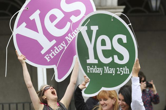 Irlanti kumosi aborttikiellon kansanäänestyksessä. Kiellon kumoamista kannattaneet juhlivat Dublinissa 26. toukokuuta 2018.