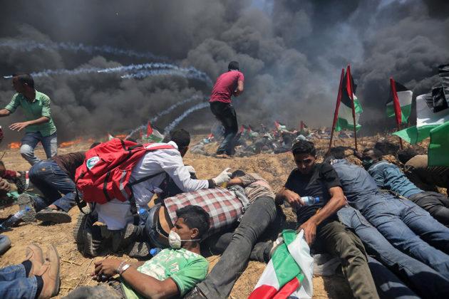 Palestiinalaiset sytyttivät renkaita palamaan Khan Yunisissa Gazassa 14.5.