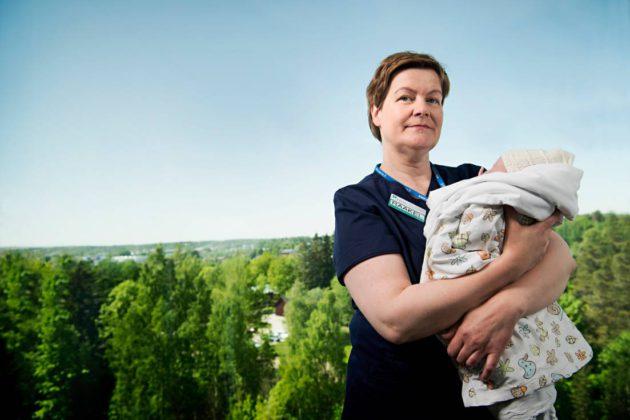 Kätilö Raakel Shapcott ja Espoon Jorvissa 21.5. syntynyt vauva Wickström-Leino. Ammattien arvostus.