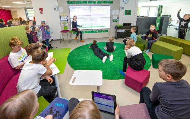 Opettaja Hanna Järvelä oli oppilaidensa kanssa solun keskustorilla.