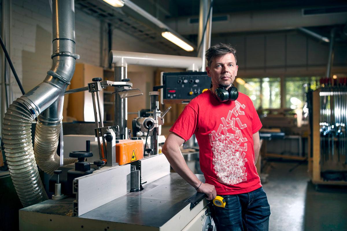 Ammatillisen opettajan arvostus nousi 64 sijaa vuosina 2010–2018. Vantaalainen Vesa Kupila opettaa puuseppiä.