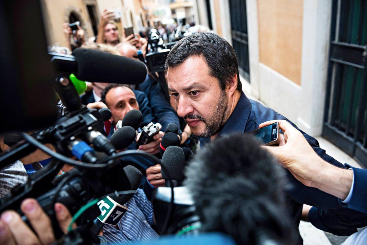 Toimittajat ympäröivät Legan johtajan Matteo Salvinin parlamentin ulkopuolella Roomassa 28. toukokuuta.