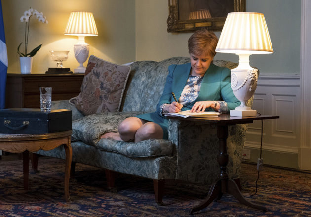 Skotlannin pääministeri Nicola Sturgeon kirjoitti Britannian pääministeri Theresa Maylle kirjeen maaliskuussa 2017. Siinä Sturgeon pyysi lupaa järjestää toinen kansanäänestys Skotlannin itsenäisyydestä.