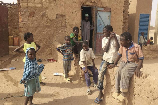 Lapsia koraanikoulun edustalla Nigerin Agadezissa huhtikuussa 2018.