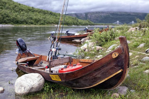 Vapoja ja veneitä Tenojoen rannalla.
