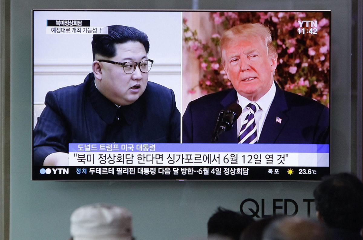 Pohjois-Korean johtaja Kim Jong-un ja Yhdysvaltain presidentti Donald Trump tv-ruudulla Etelä-Korean pääkaupungissa Soulissa 26. toukokuuta.