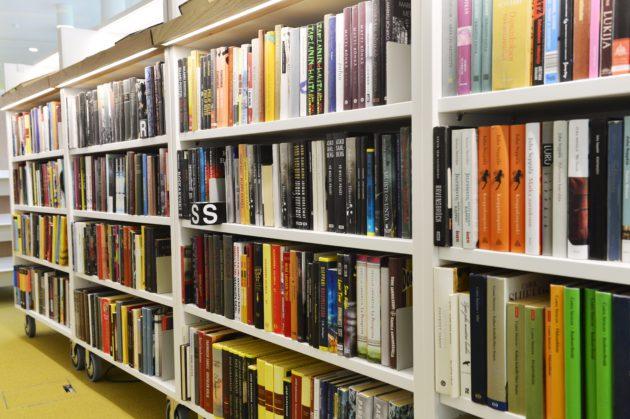Kirjahylly Töölön kirjastossa Helsingissä 11. heinäkuuta 2017.