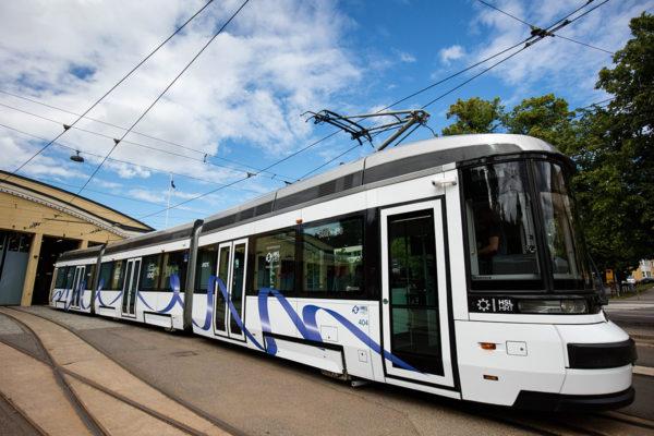 HKL ja Transtech paljastivat Suomi 100 -Artic-raitiovaunun Vallilan varikolla Helsingissä heinäkuussa 2017.