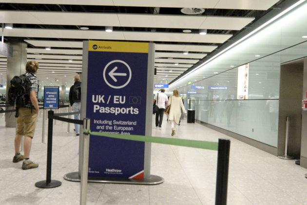 Passintarkastus Heathrown lentokentällä Lontoossa 27. kesäkuuta 2016. Kuvituskuva.