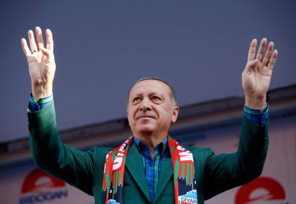 Presidentti Recep Tayyip Erdoğan vaalitilaisuudessa Diyarbakirissa 3. kesäkuuta.