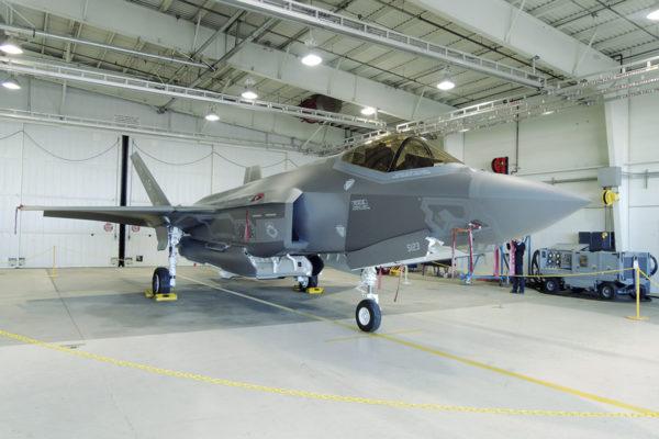 Koelentovaiheessa oleva upouusi F-35 hävittäjä Lockheed Martinin tehtaalla Fort Worthissa Texasissa USA:ssa maaliskuussa 2017.