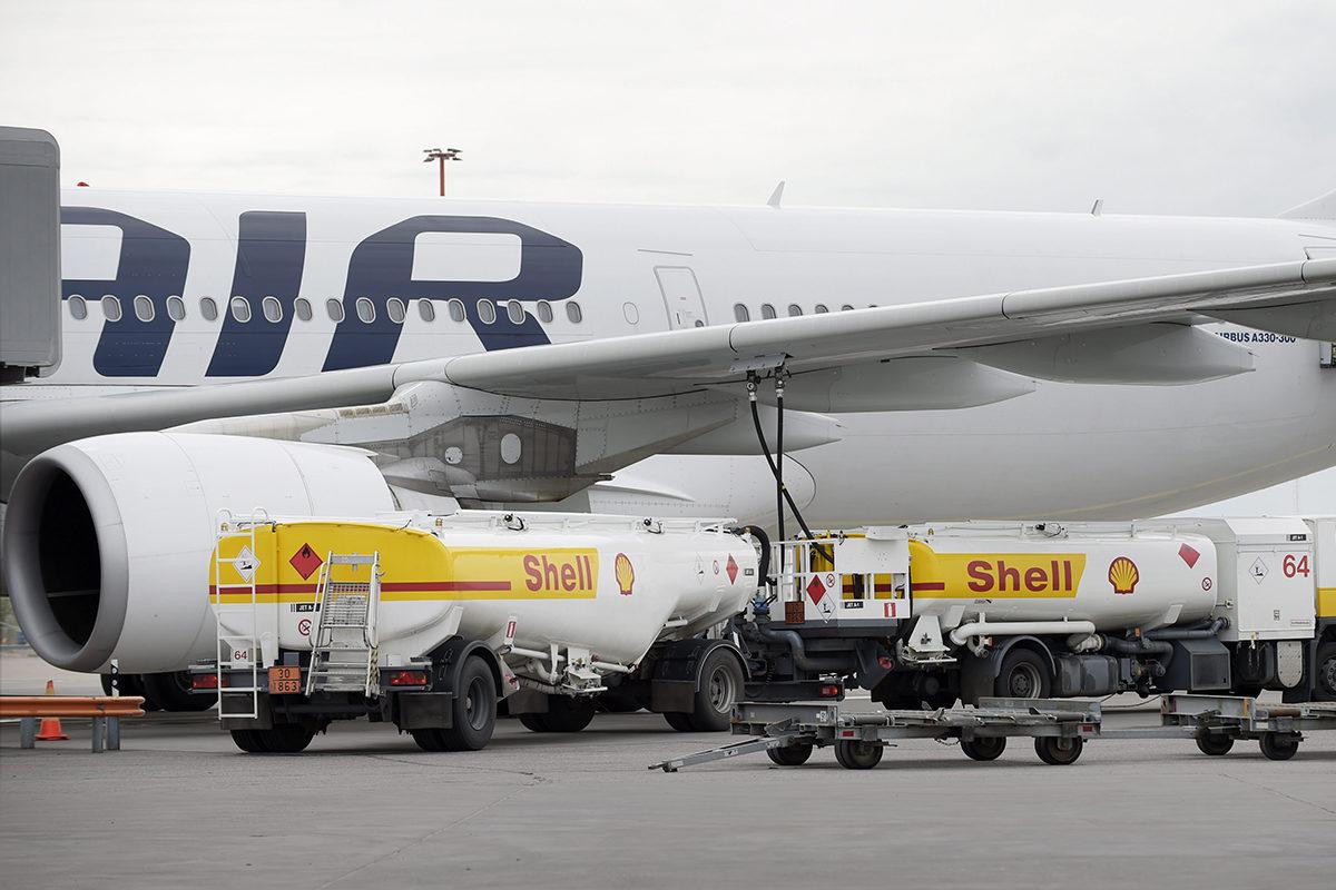 Finnairin kone tankattavana Helsinki-Vantaan lentokentällä. Kuva vuodelta 2015.