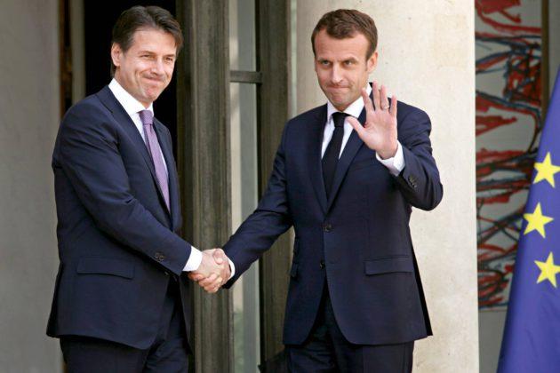 Ranskan presidentti Emmanuel Macron (oik.) keskusteli pakolaiskriisistä Italian uuden pääministerin Giuseppe Conten kanssa Élysée-palatsissa 15. kesäkuuta.