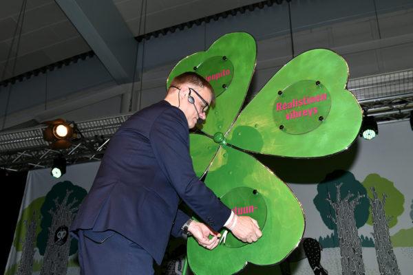 Puolueen puheenjohtaja, pääministeri Juha Sipilä ja luottamuksen apila keskustan puoluekokouksessa Sotkamossa lauantaina 9. kesäkuuta 2018.