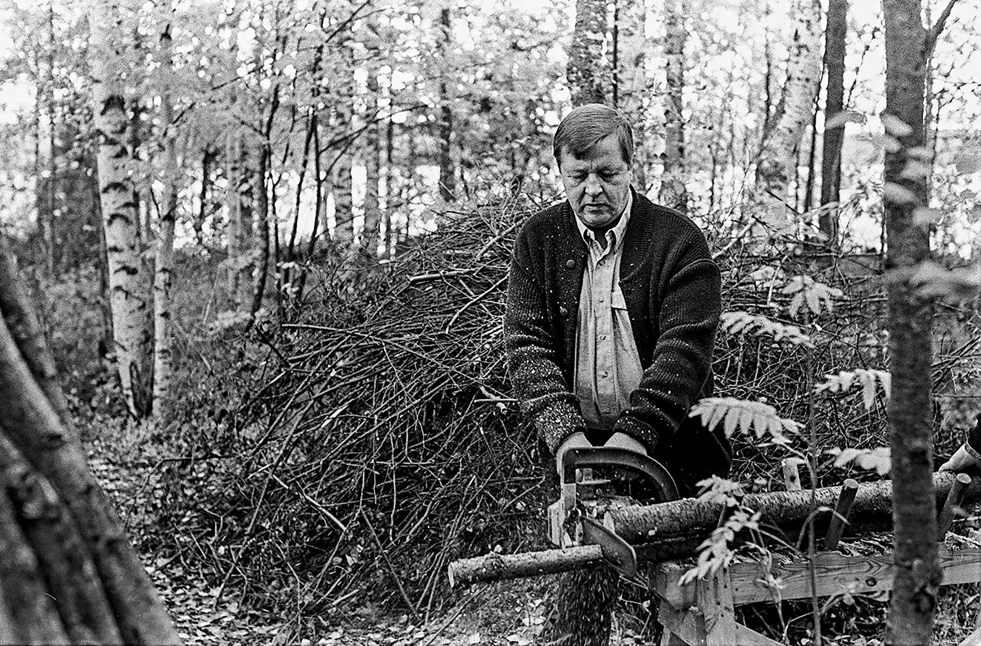 Kalevi Sorsa metsätöissä.