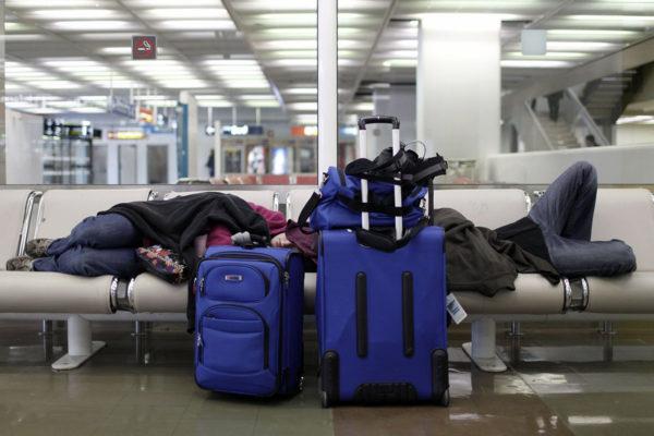 Matkustajia odottamassa lakon takia myöhästynyttä lentoa Orlyn lentokentällä Pariisissa. Arkistokuva.