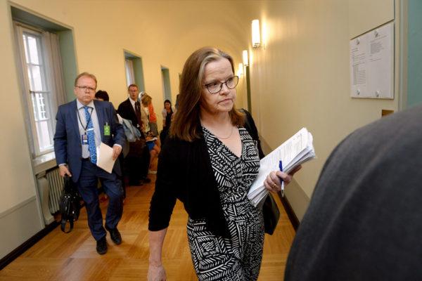 Valtiovarainministeriön alivaltiosihteeri Päivi Nerg matkalla sosiaali- ja terveysvaliokunnan kokoukseen eduskunnassa 18. kesäkuuta 2018.