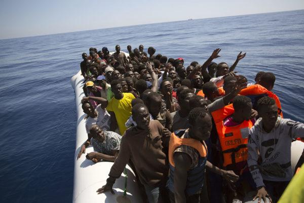 Kumiveneeseen ahtautuneita turvapaikanhakijoita Välimerellä kesäkuussa 2017.