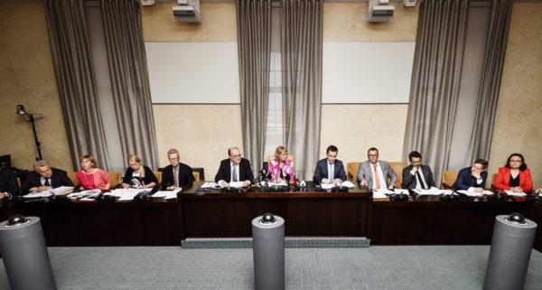 Perustuslakivaliokunta piti tiedotustilaisuuden sotesta eduskunnassa perjantaina 1. kesäkuuta 2018.