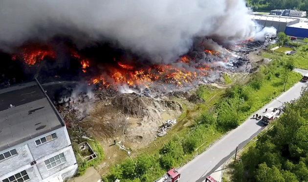 Kaatopaikka palaa Puolan Zgierzissä 26. toukokuuta 2018.