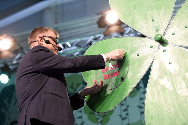 """Luottamuksen apilaa rakentanut pääministeri Juha Sipilä sai puoluekokousyleisöltä lempinimen """"suuri ruuvimestari""""."""