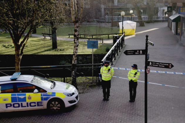 Poliisi vartioi 7. maaliskuuta Britannian Salisburyssa katua, jonka varrella olevalta penkiltä Sergei ja Julia Skirpal löytyivät kriittisesti sairaina.