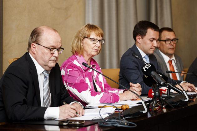 Perustusvaliokunnan varapuheenjohtaja Tapani Tölli (kesk) ja puheenjohtaja Annika Lapintie (vas) sekä kansanedustajat Wille Rydman (kok) ja Matti Torvinen (sin) perustuslakivaliokunnan tiedotustilaisuudessa 1. kesäkuuta 2018.
