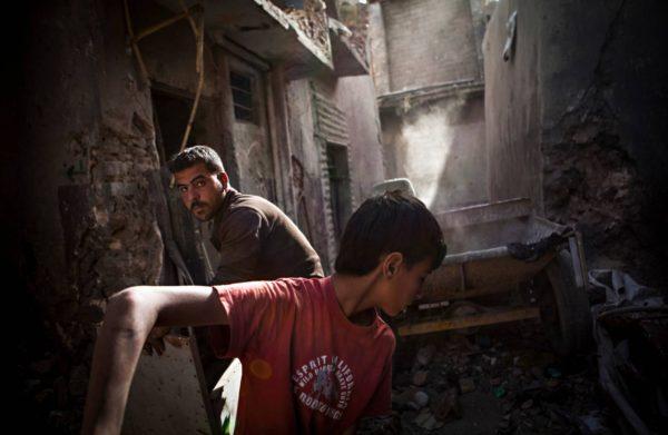 Vapaaehtoistyöntekijät Mohamed Jabrin (oik.) ja Milad Halabi etsivät ruumiita ja pommeja Mosulin keskustassa.