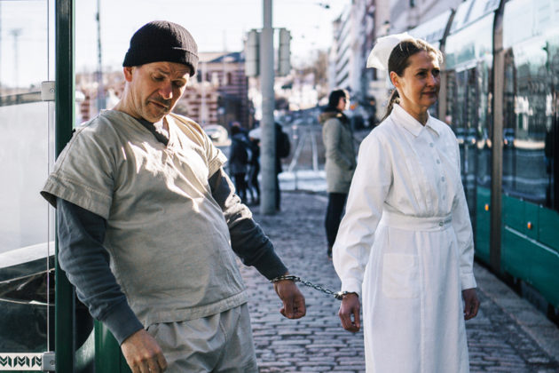 Robin Svartsröm ja Minna Suuronen näyttelevät pääosia Suomenlinnan kesäteatterin Yksi lensi yli käenpesän -näytelmässä.
