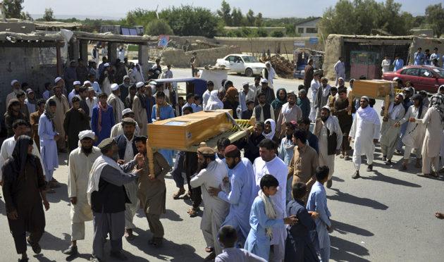 Väkijoukko kantaa Afganistanin asevoimien luoteihin kuolleen miehen arkkua Kabulissa toukokuussa 2018.