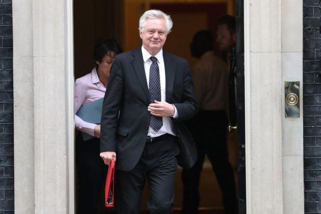 Brexit-ministeri David Davis ilmoitti erostaan myöhään sunnuntaina 8. heinäkuuta. Davis kuvattuna Britannian pääministerin virka-asunnon edustalla 12. kesäkuuta 2018.