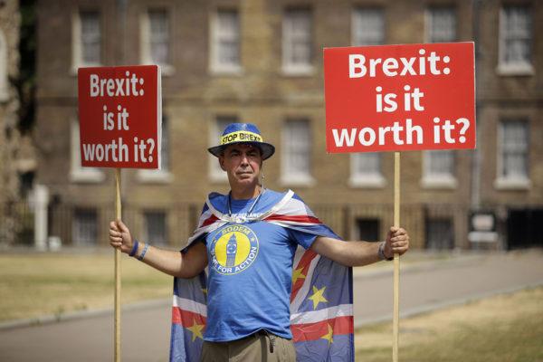 Brexitiä vastustava mielenosoittaja Britannian parlamentin edustalla 9. heinäkuuta 2018.