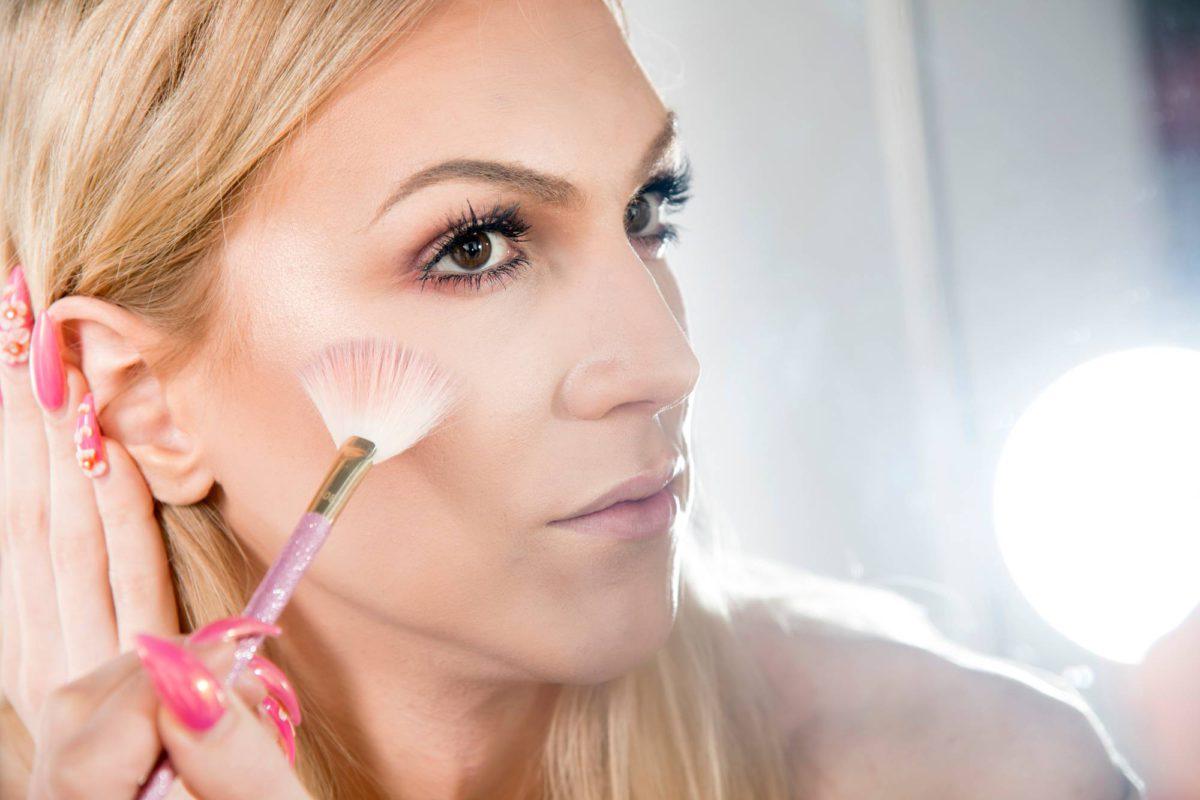 Britney Sumell jakaa meikkivinkkejä Youtube-kanavallaan.
