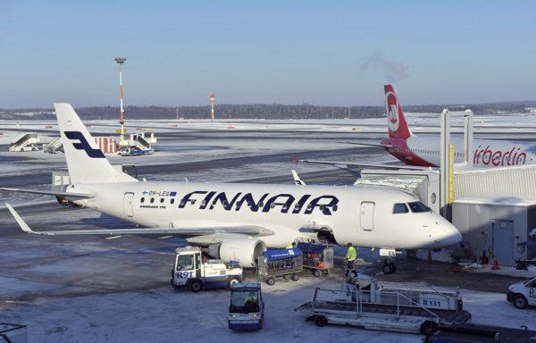 Embraer 170 -matkustajakone Finnairin väreissä Helsinki-Vantaan lentokentällä helmikuussa 2012.
