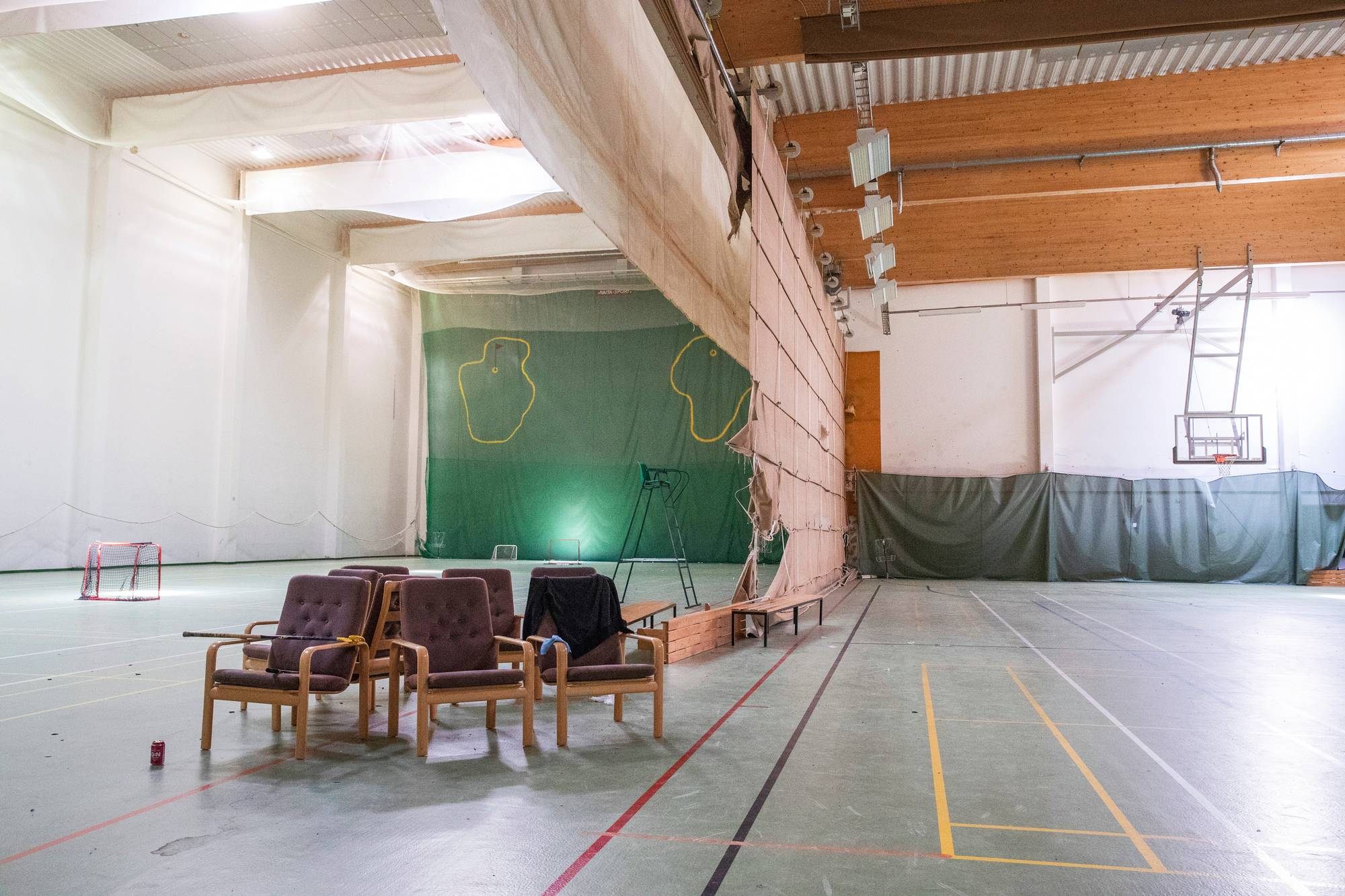 Keskuksessa on runsaasti yleisiä tiloja: iso liikuntahalli ja käytöstä poistettu uima-allas.