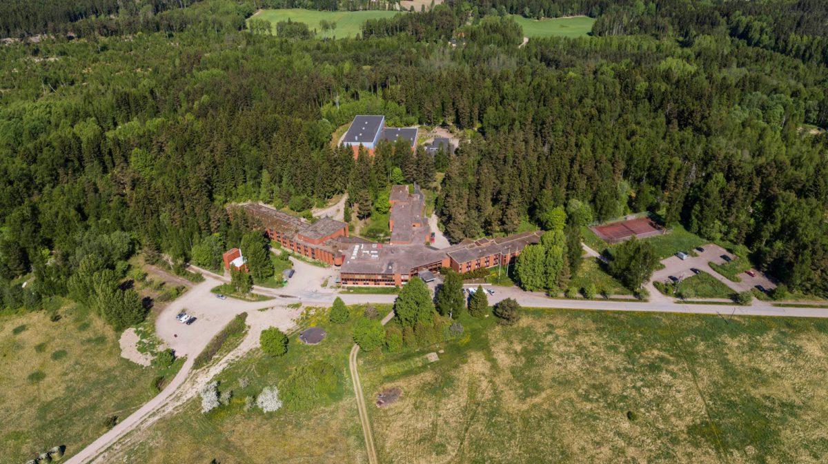 Evitskogin vastaanottokeskus perustettiin rapistuneeseen kurssikeskukseen.