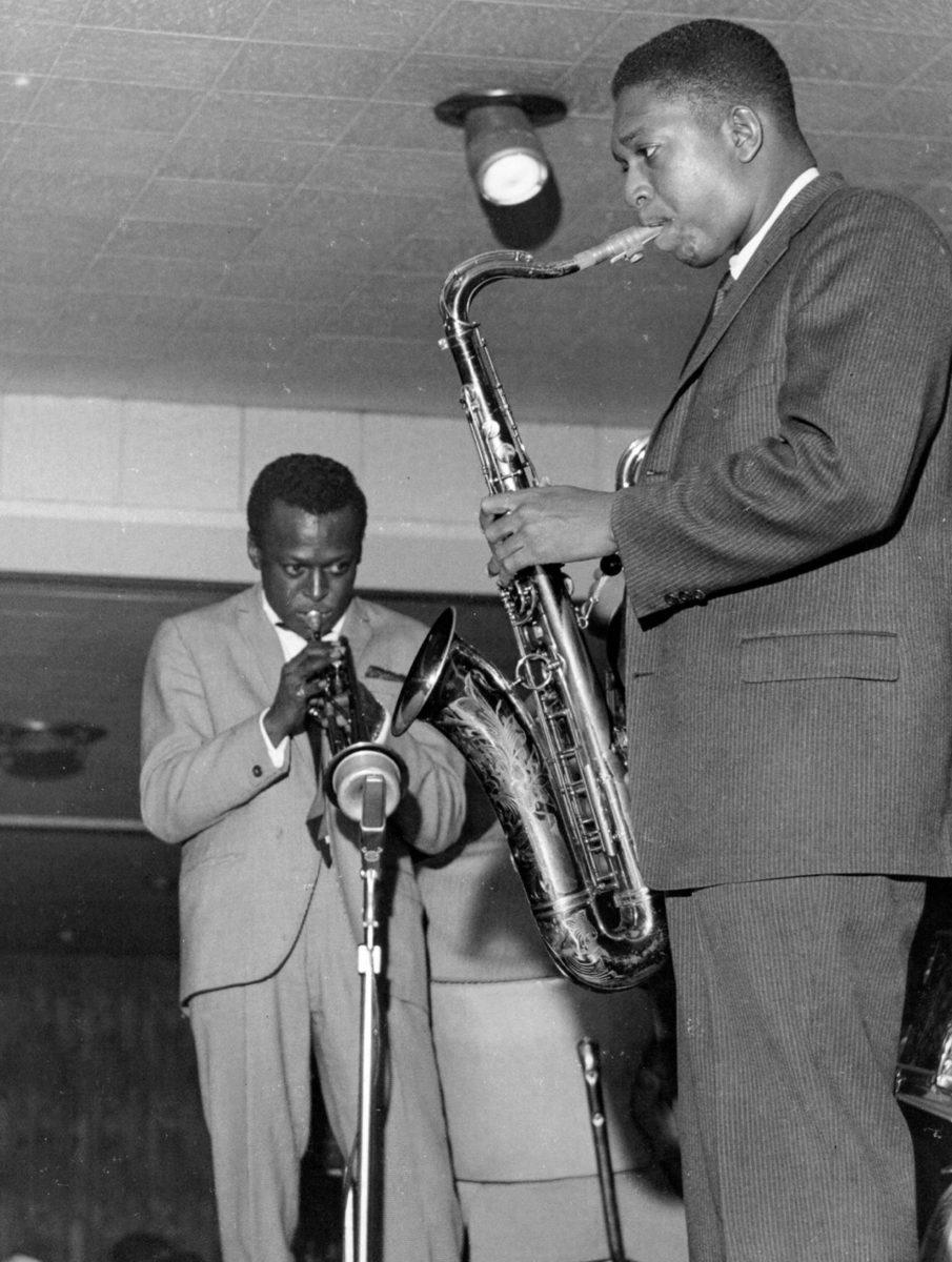 Trumpetisti Miles Davis (takana) ja saksofonisti John Coltrane yhteiskeikalla vuonna 1960.