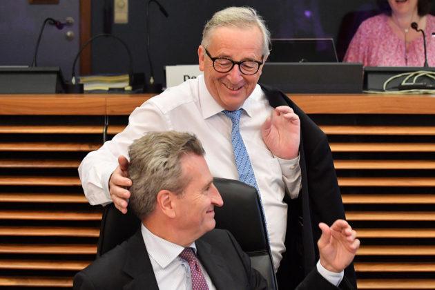 Euroopan komission puheenjohtaja Jean-Claude Juncker pörröttää komissaari Günther Oettinger tukkaa EU:n päämajassa Brysselissä 18. heinäkuuta 2018.