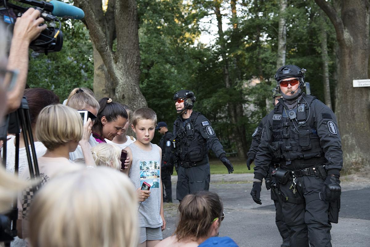 Raskaasti varustetut poliisit usuttavat lapsia loitommas presidentti Trumpin ajoreitiltä.
