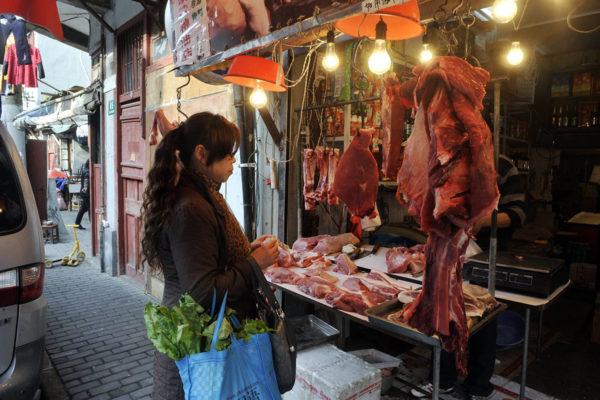 Kiinalaisnainen lihaostoksilla Shanghaissa. Kuva vuodelta 2010.Kiinalaisnainen lihaostoksilla Shanghaissa. Kuva vuodelta 2010.
