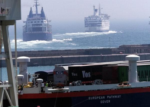 Laivaliikennettä Doverin satamassa Britanniassa.